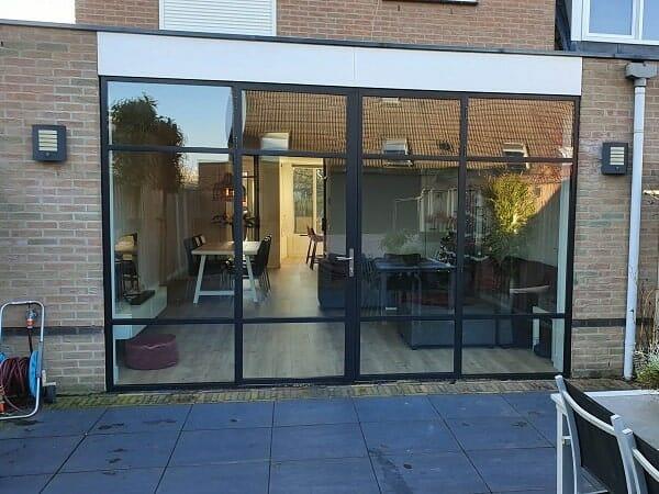 Stalen buitenpui met dubbele buitendeuren