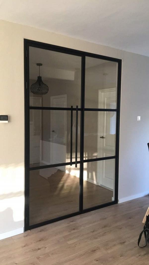 Stalen taastdeur met zijwand en zes glasvakken