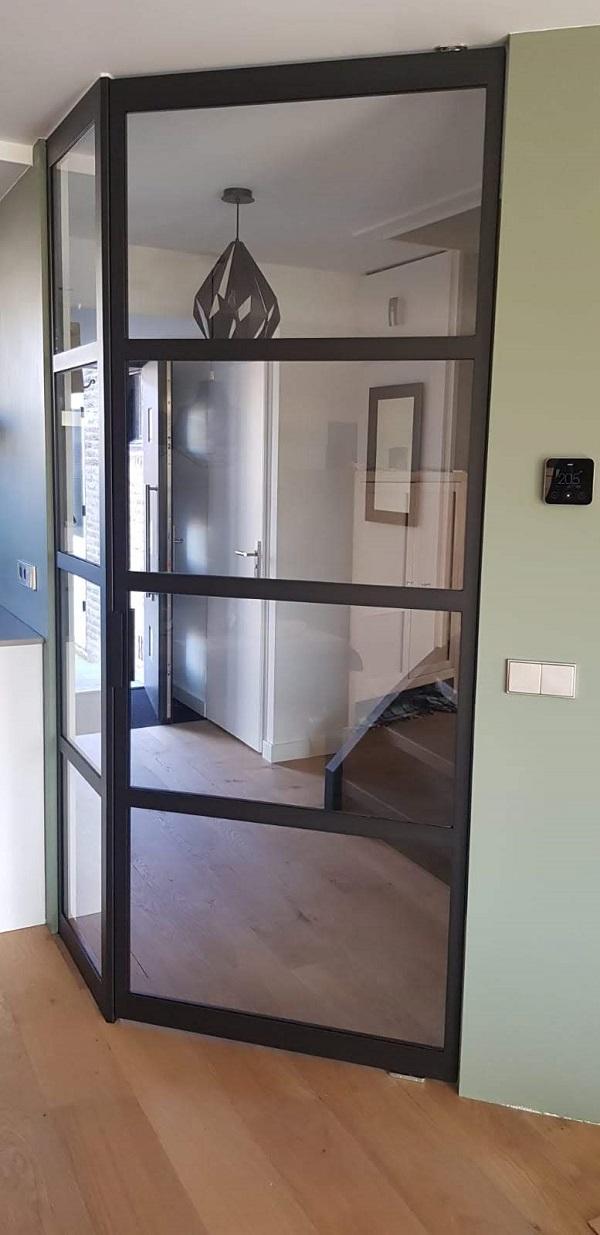Stalen taatsdeur met zijpaneel dicht