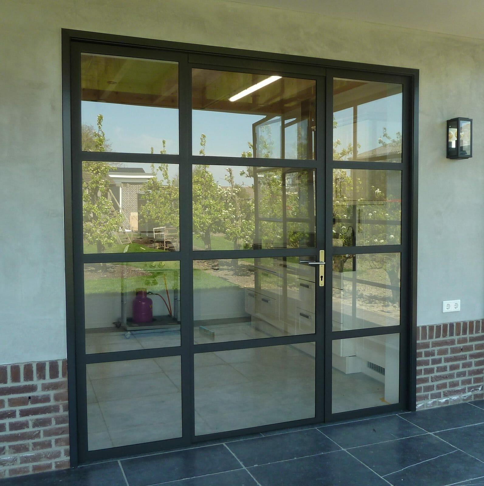 Stalen-buitenbui-deregt-met-deur